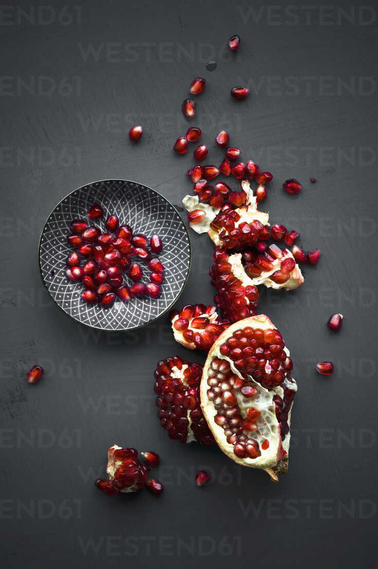 Pomegranate and pomegranate seeds in bowl - ASF06146 - Achim Sass/Westend61