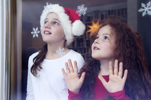 Little girls standing at the window, waiting for Christmas - NEKF00002