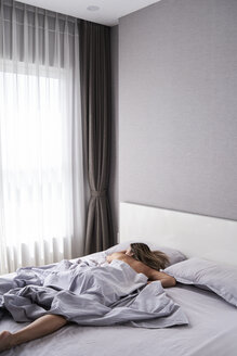 Woman sleeping at home in modern apartment without pyjama - IGGF00348