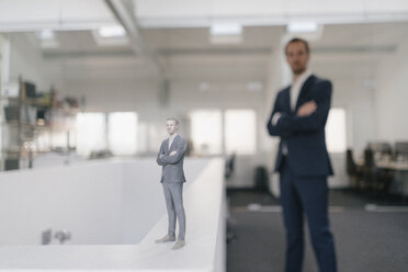 Businessman in office with his 3D look-alike - FLAF00112