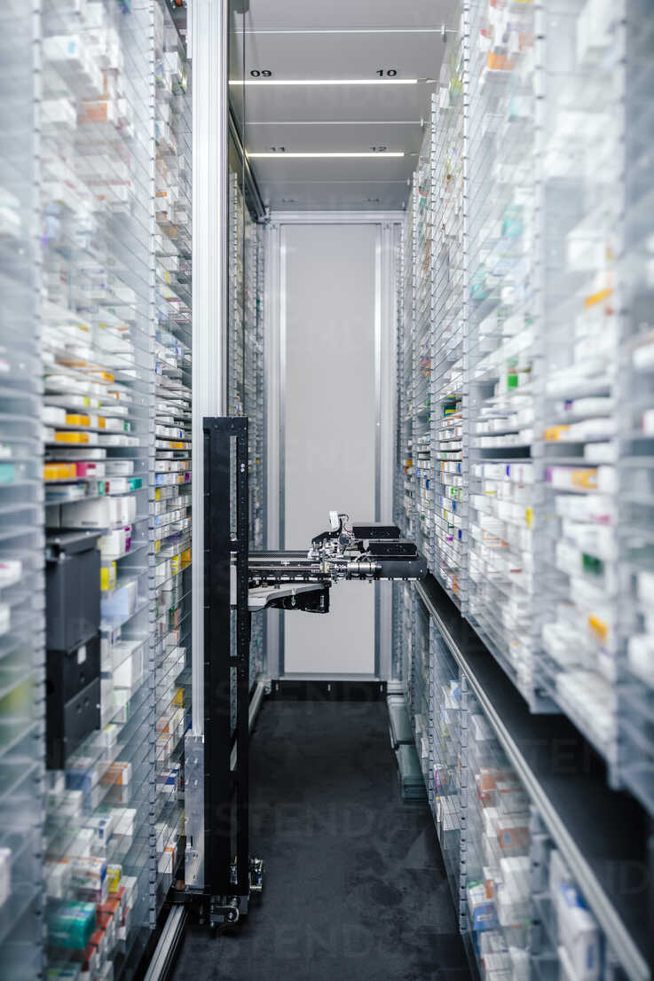 Medicine in shelves in commissioning machine in pharmacy - MFF04364 - Mareen Fischinger/Westend61
