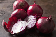Whole and sliced red onions - CSF28678