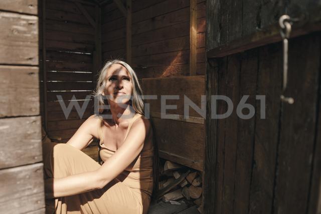 Woman sitting in tree house - KNSF03481 - Kniel Synnatzschke/Westend61