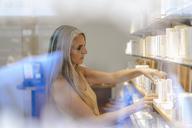 Woman working in a shop - KNSF03517