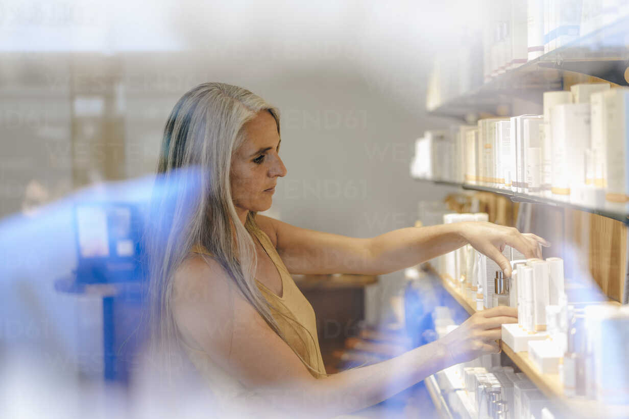 Woman working in a shop - KNSF03517 - Kniel Synnatzschke/Westend61