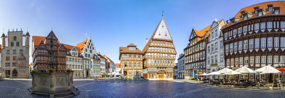 Germany, Hildesheim, Market place with Roland fountain and Butchers' Guild Hall - PUF01081