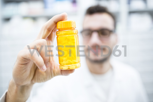Close-up of pharmacist holding pill box in pharmacy - WESTF23929 - Fotoagentur WESTEND61/Westend61