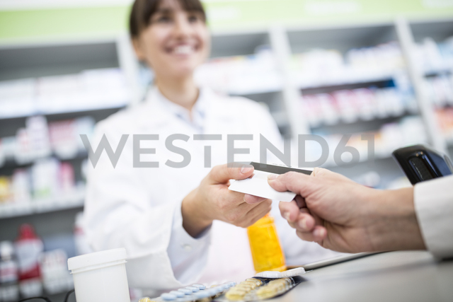 Customer paying cashless in a pharmacy - WESTF23968 - Fotoagentur WESTEND61/Westend61