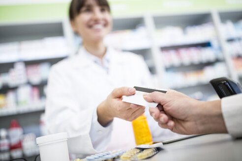Customer paying cashless in a pharmacy - WESTF23968