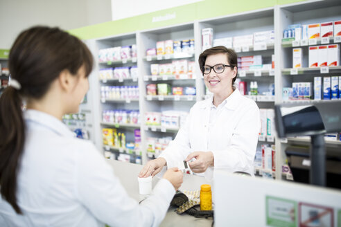 Customer paying cashless in a pharmacy - WESTF23971