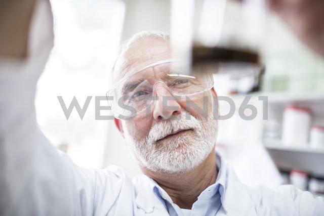 Man looking at beaker in laboratory - WESTF24016 - Fotoagentur WESTEND61/Westend61