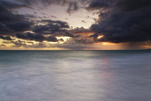 Carribean, Dominican Republic, Punta Cana, Playa Bavaro, view to the sea at sunrise - GFF01052
