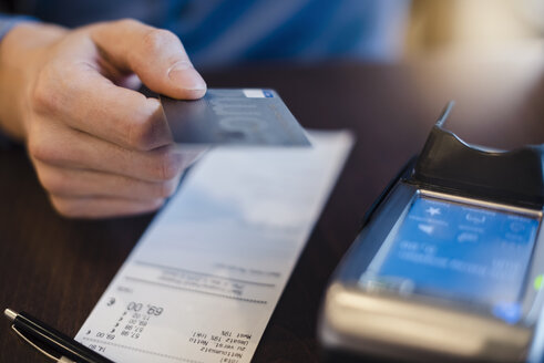 Customer paying bill with credit card, close-up - DIGF03213