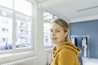 Portrait of smiling fashion designer in her studio - JOSF02124