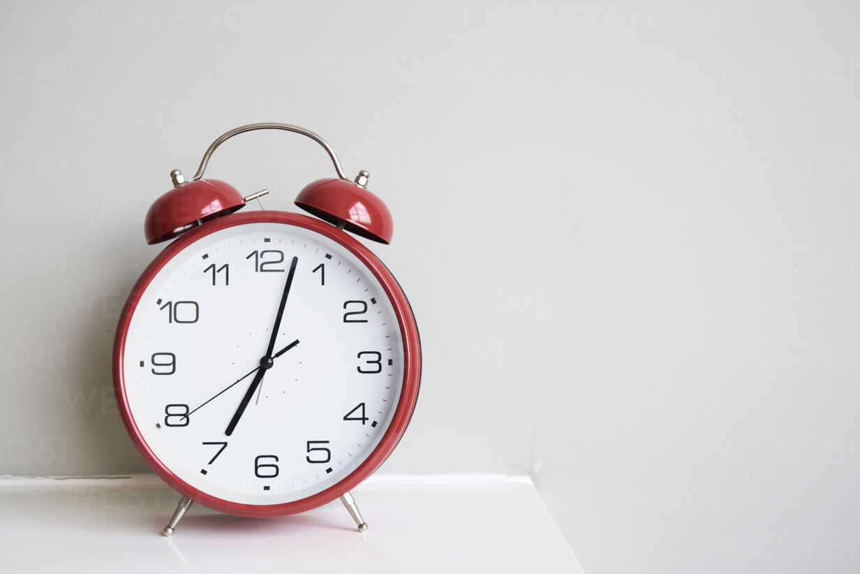 Red alarm clock - IGGF00387 - Ivan Gener/Westend61