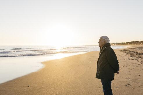 Senior man looking at the sea - JRFF01519