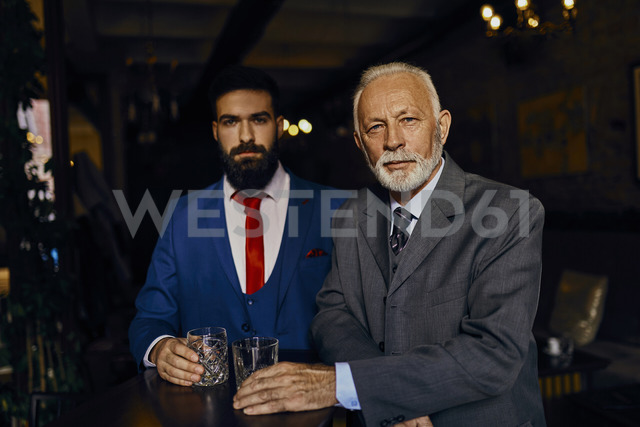 Portrait of two elegant men in a bar with tumblers - ZEDF01145