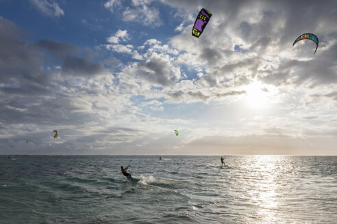 Mauritius, Southwest Coast, Le Morne, kite surfers - FOF09757