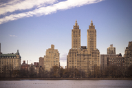 USA, New York, Manhattan, Central Park, Jaqueline Kennedy Onassis Reservoir and San Remo building, apartment tower - CMF00771