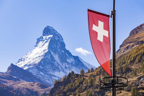 Switzerland, Valais, Zermatt, Matterhorn, swiss flagg - WDF04353