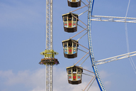 Germany, Munich, ferris wheel and skyfall at the Oktoberfest - SIE07672