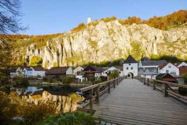 Germany, Bavaria, Lower Bavaria, Altmuehl valley, Ludwig-Danube-Main Canal, Essing, Randeck Castle - SIEF07680