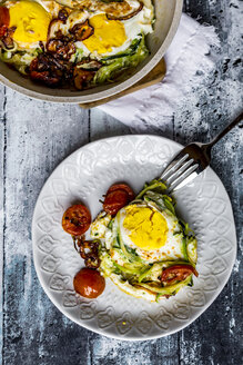 Zoodle nest with egg, zucchini noodles with egg, tomato and red onion - SARF03499