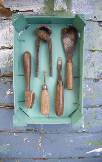 Old tools in a wooden box - GISF00300