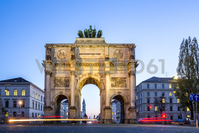 Germany, Bavaria, Munich, North facade of Victory Gate, view to Ludwigstraße, blue hour - PUF01180