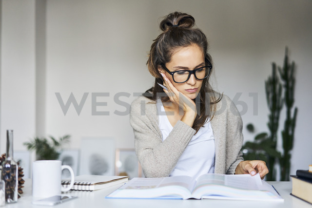 Female student learning at home - BSZF00173