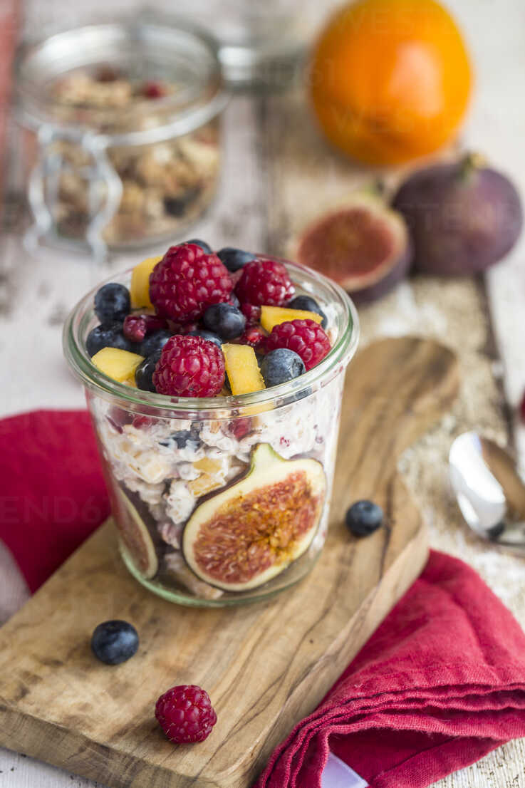 Glass of natural yogurt with granola and various fruits - SARF03508 - Sandra Roesch/Westend61