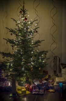 Christmas tree and presents - MHF00431