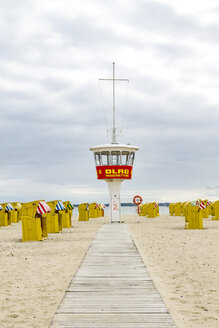 Germany, Schleswig-Holstein, Travemuende, beach, attendant's tower and hooded beach chairs - PU01238