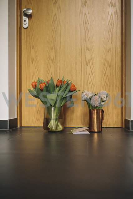 Farewell flowers, candle and condolende card at apartment door of deceased neighbour - MFF04382