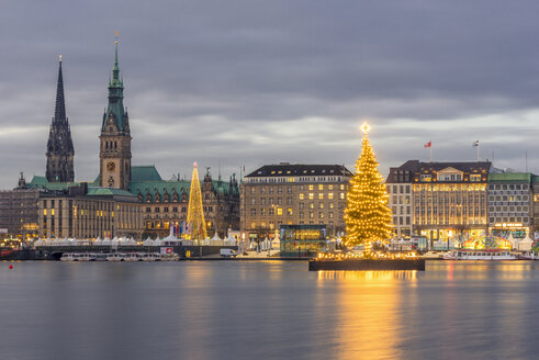 Germany, Hamburg, Jungfernstieg, town hall, St. Nicholas' Church, Christmas tree, Binnenalster in the evening - KEBF00730