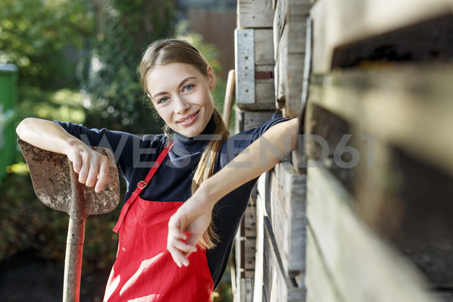 Portrait of smiling young woman with spade - PESF00895 - Peter Scholl/Westend61