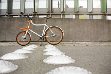 Bicycle at a wall in urban surrounding - PESF00928