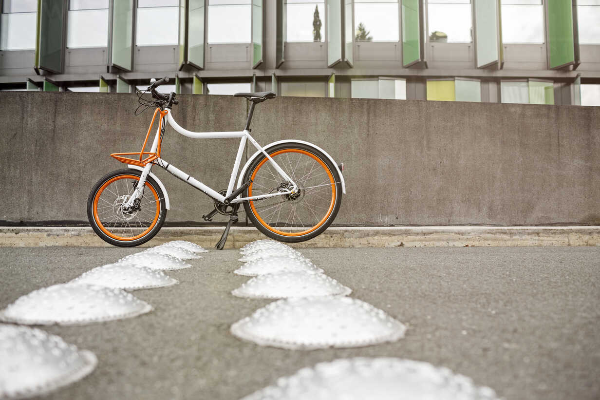 Bicycle at a wall in urban surrounding - PESF00928 - Peter Scholl/Westend61