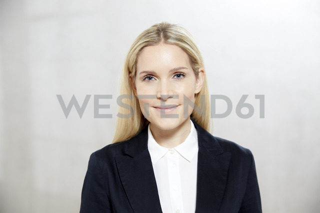Portrait of smiling blond businesswoman - FMKF04748 - Jo Kirchherr/Westend61