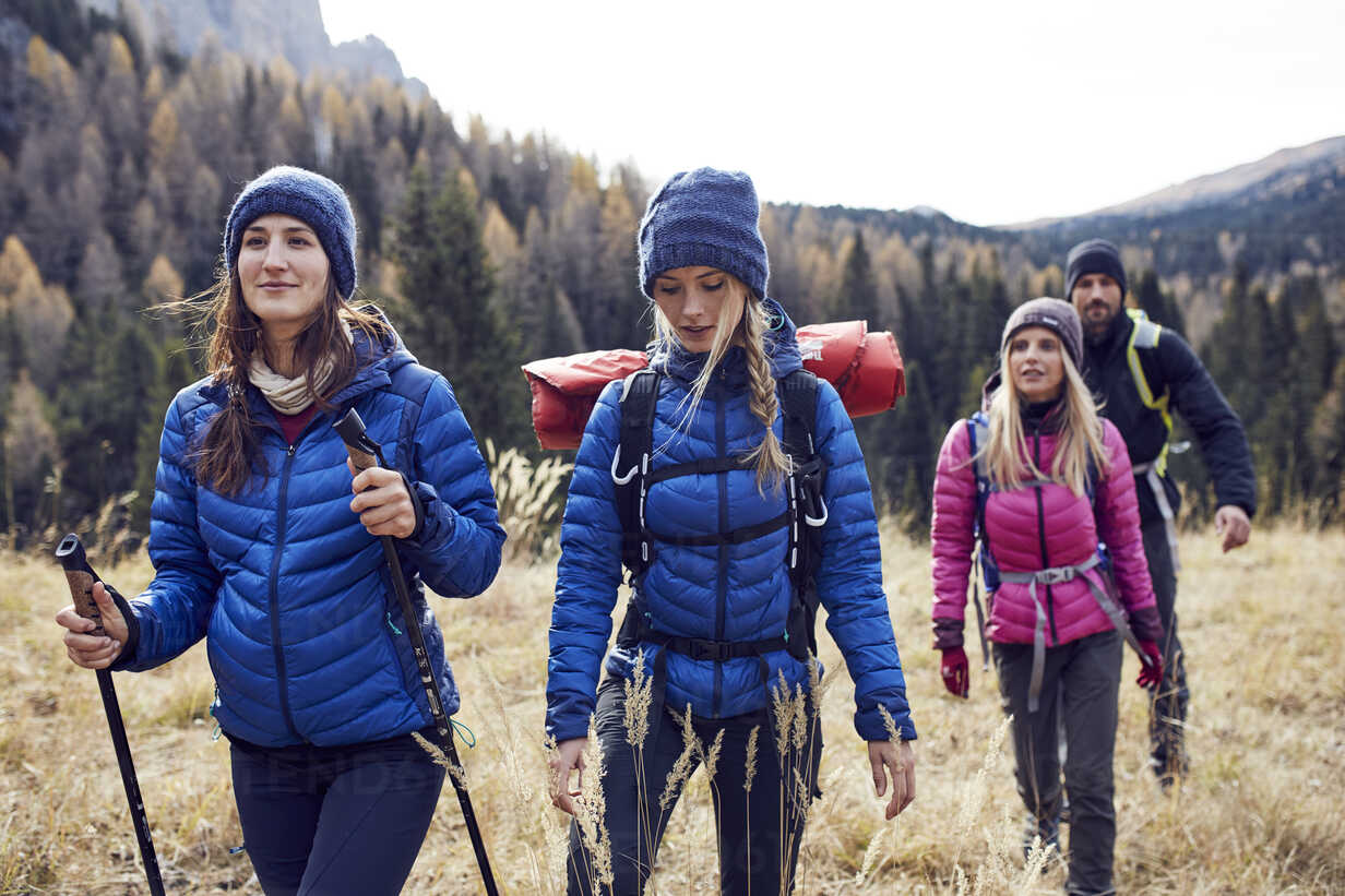 Group of friends hiking in the mountains - PNEF00440 - Philipp Nemenz/Westend61