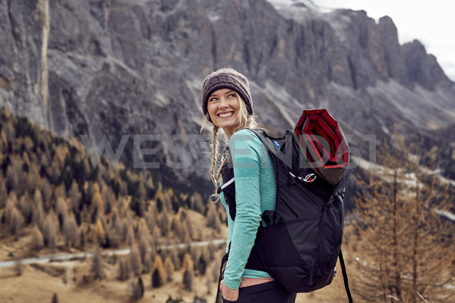 Portrait of happy young woman hiking in the mountains - PNEF00476 - Philipp Nemenz/Westend61