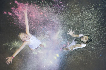 Two friends throwing colour powder in the air - PSTF00094