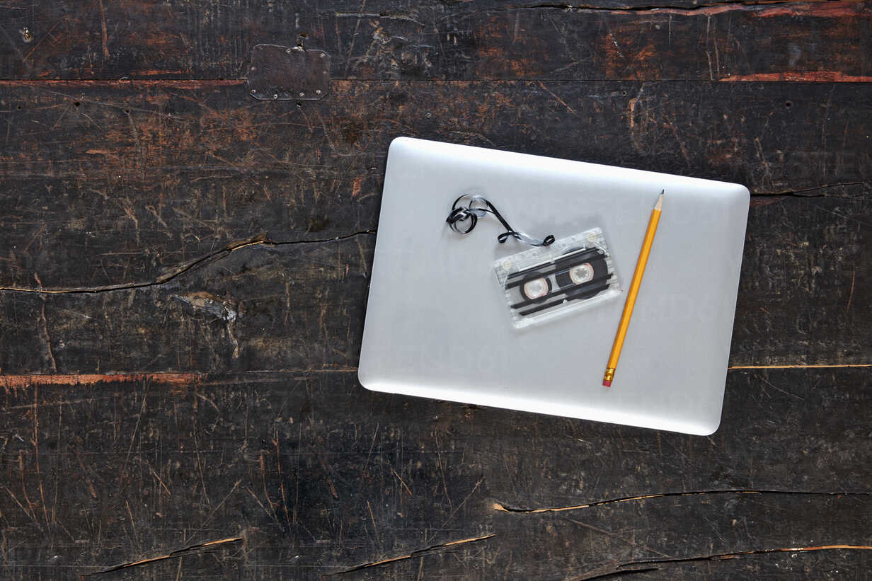 Laptop, tape and pencil on wooden tabletop, top view - FMKF04789 - Jo Kirchherr/Westend61
