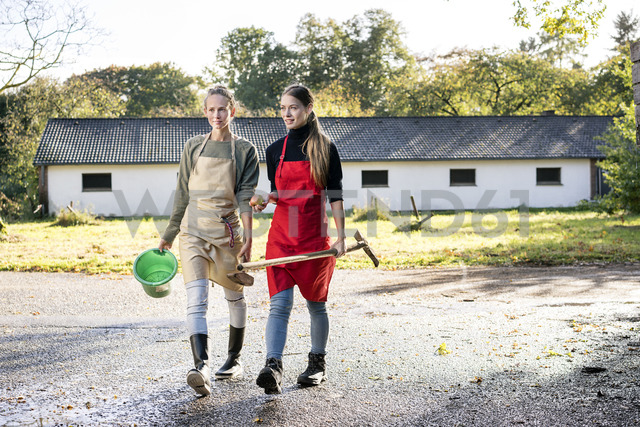 Two women working on a farm - PESF00975 - Peter Scholl/Westend61