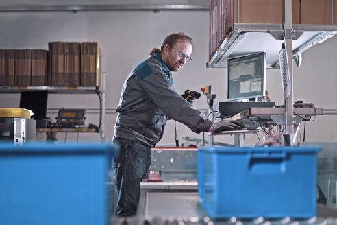 Worker scanning merchandise - CVF00113