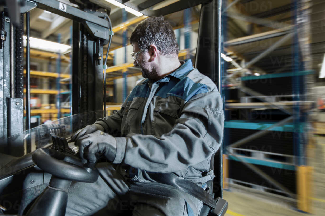 Fork-lift driver in motion in storehouse - CVF00125 - Christian Vorhofer/Westend61