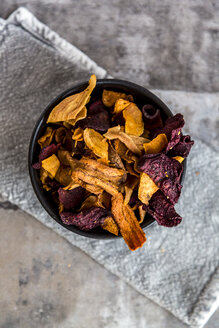 Roasted vegetable chips in bowl - SARF03540