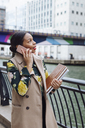 UK, London, fashionable  businesswoman on the phone - MAUF01310