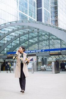 UK, London, fashionable  businesswoman on the phone - MAUF01313