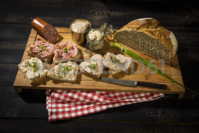 Crusty bread, crackling fat, liver sausage, minced and pork sausage - MAEF12519